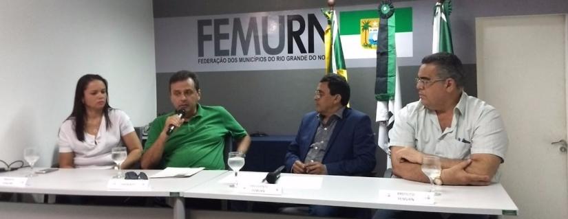 Carlos Eduardo recebe carta de compromisso do Presidente da FEMURN